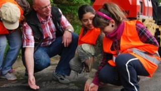 Kleinbus mit  Schulkindern  kippt um –  mehrere Verletzte