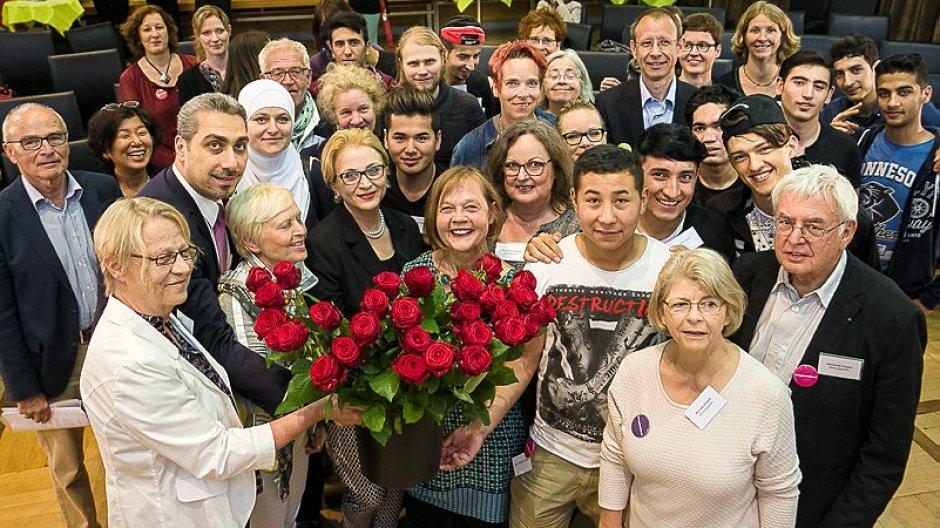 Paten und Flüchtlinge, Förderer und Unterstützer freuen sich über das Projekt Bildungspaten. (Foto: Peter Sierigk, Braunschweiger Zeitung Online)